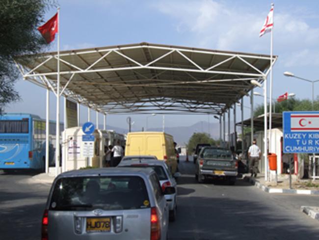 Metehan Sınır Kapısı'nda kocaman bir KKTC tabelası, bayraklı versiyon...