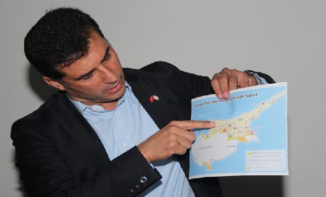"""UBP Genel Başkanı Özgürgün, Rum tarafının müzakerelerde masaya bir harita koyduğunu ve tarih boyunca hep Türk köyü olmuş aralarında Doğancı'nın da bulunduğu köyleri istediğini belirterek, """"Bu mümkün mü? Dimdik duruyoruz ve bizi ezip geçmeden bunları alamazlar"""" dedi. (5 Kasım 2011)"""