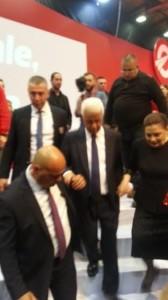 Eroğlu 6 basamaklı sahneden, uzun kürsü konuşmasında yanında duran sevgili eşi Meral hanım ile elele indi.